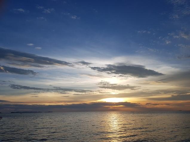 zon onder vanaf het strand