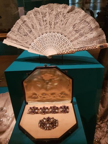 waaier van kant, juwelenset in origineel foudraal