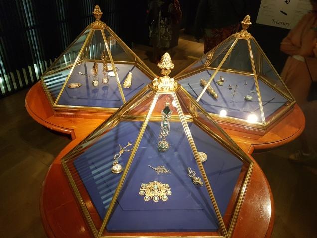 originele diamantvitrines uit de Hermitage St Petersburg